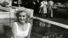 Sitting-at-fountain-sam-shaw-marilyn